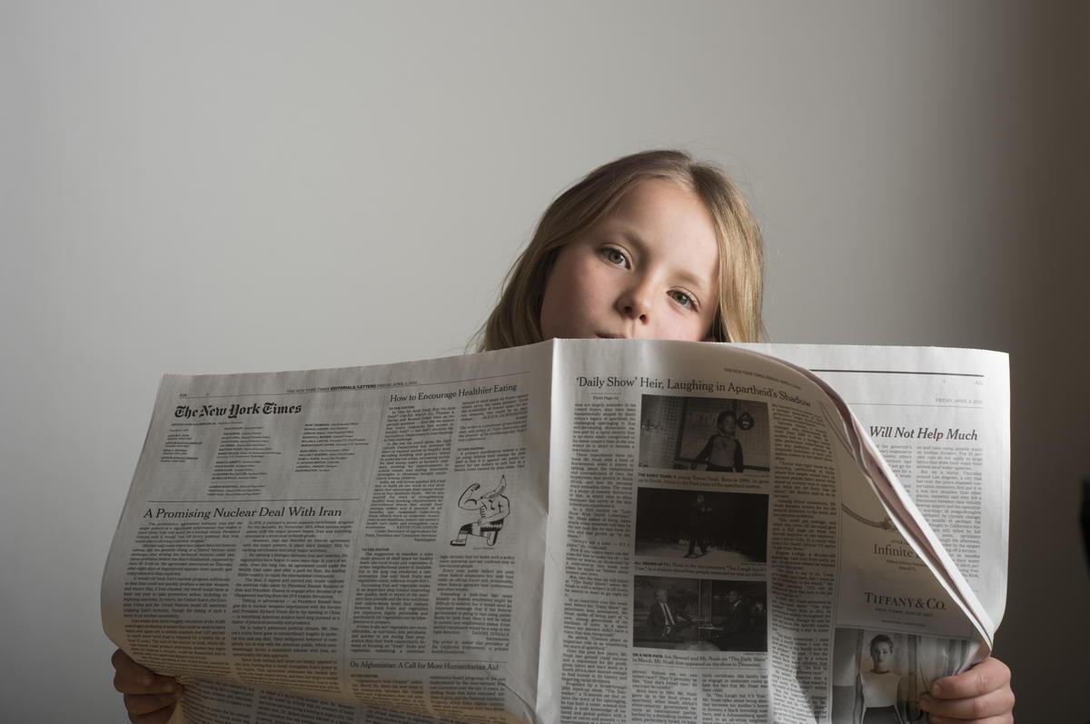 情報を集める女の子
