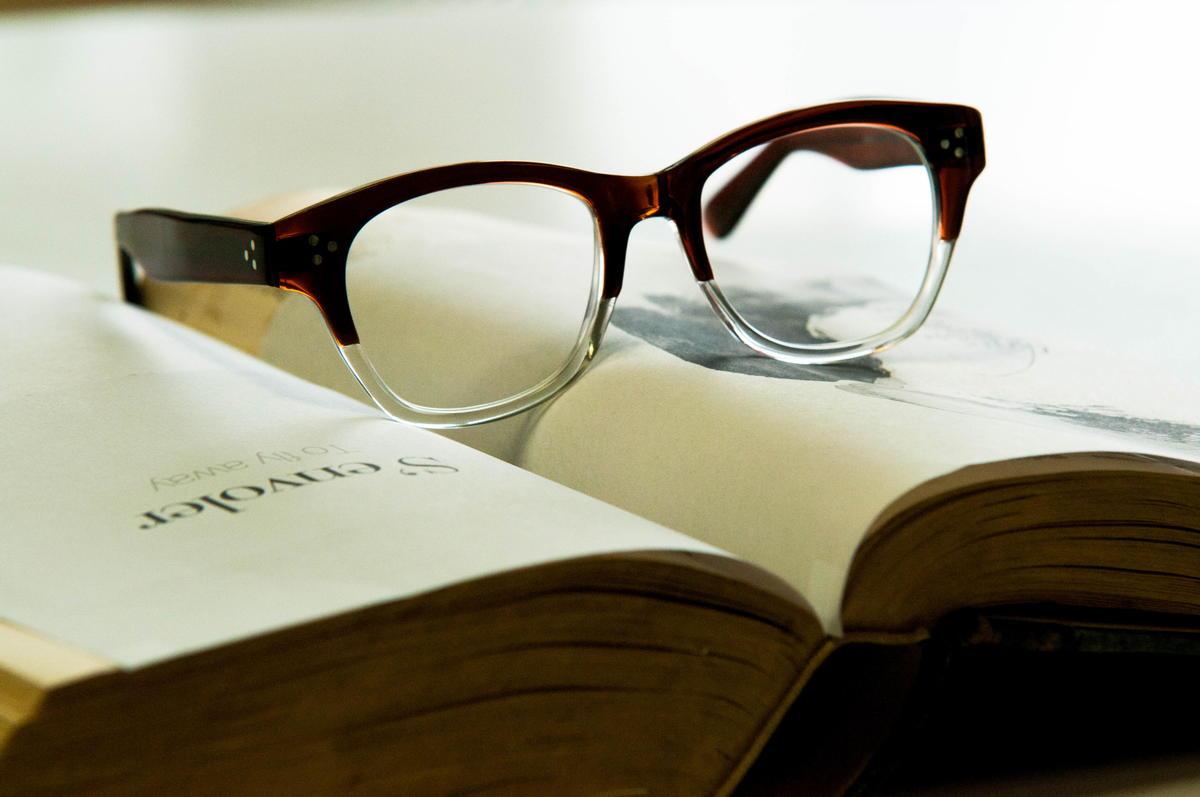 本の上に眼鏡が置かれている